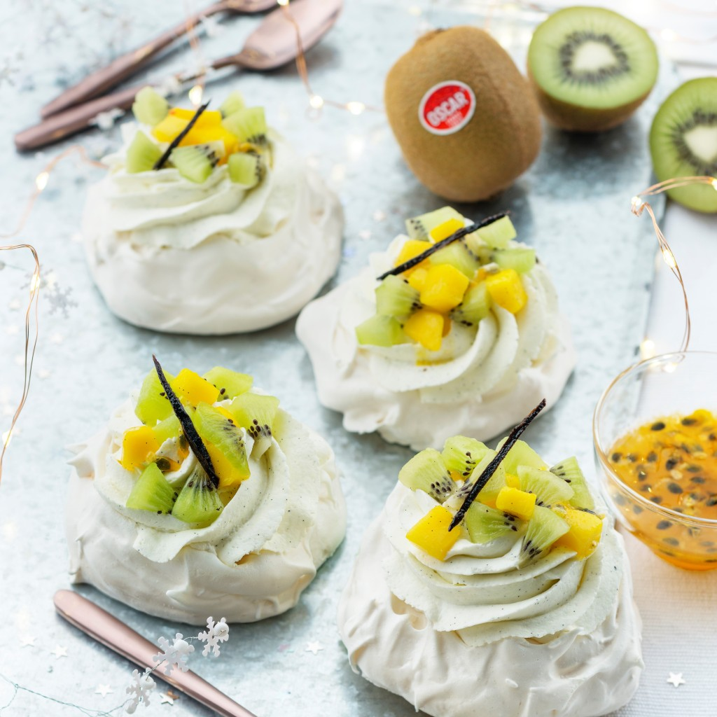 Pavlova with cream and Oscar® kiwi fruits-mango duo