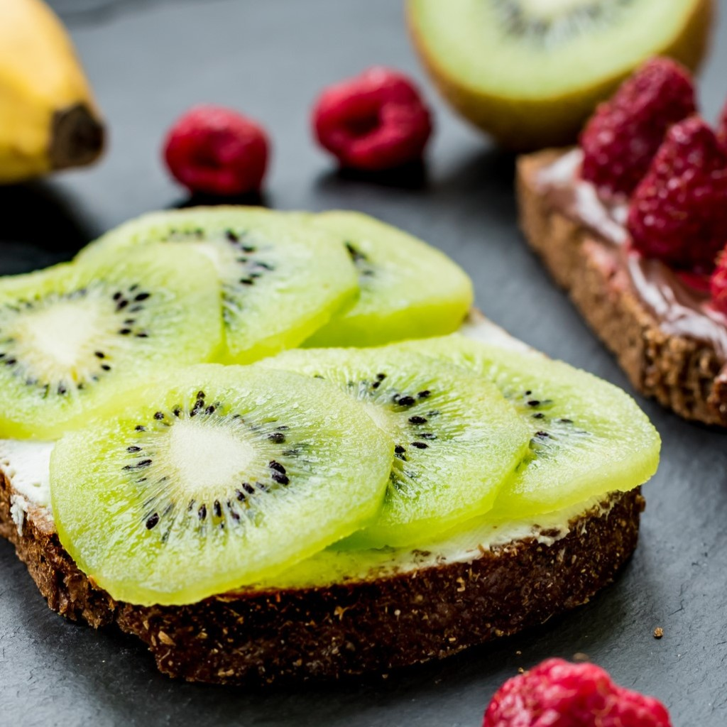 Oscar® kiwi fruits slices with fresh goat cheese