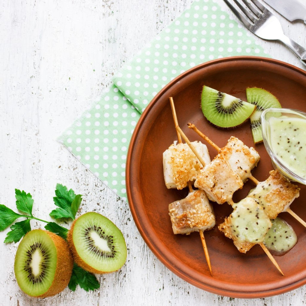Fish skewers and Oscar® kiwi fruits sauce