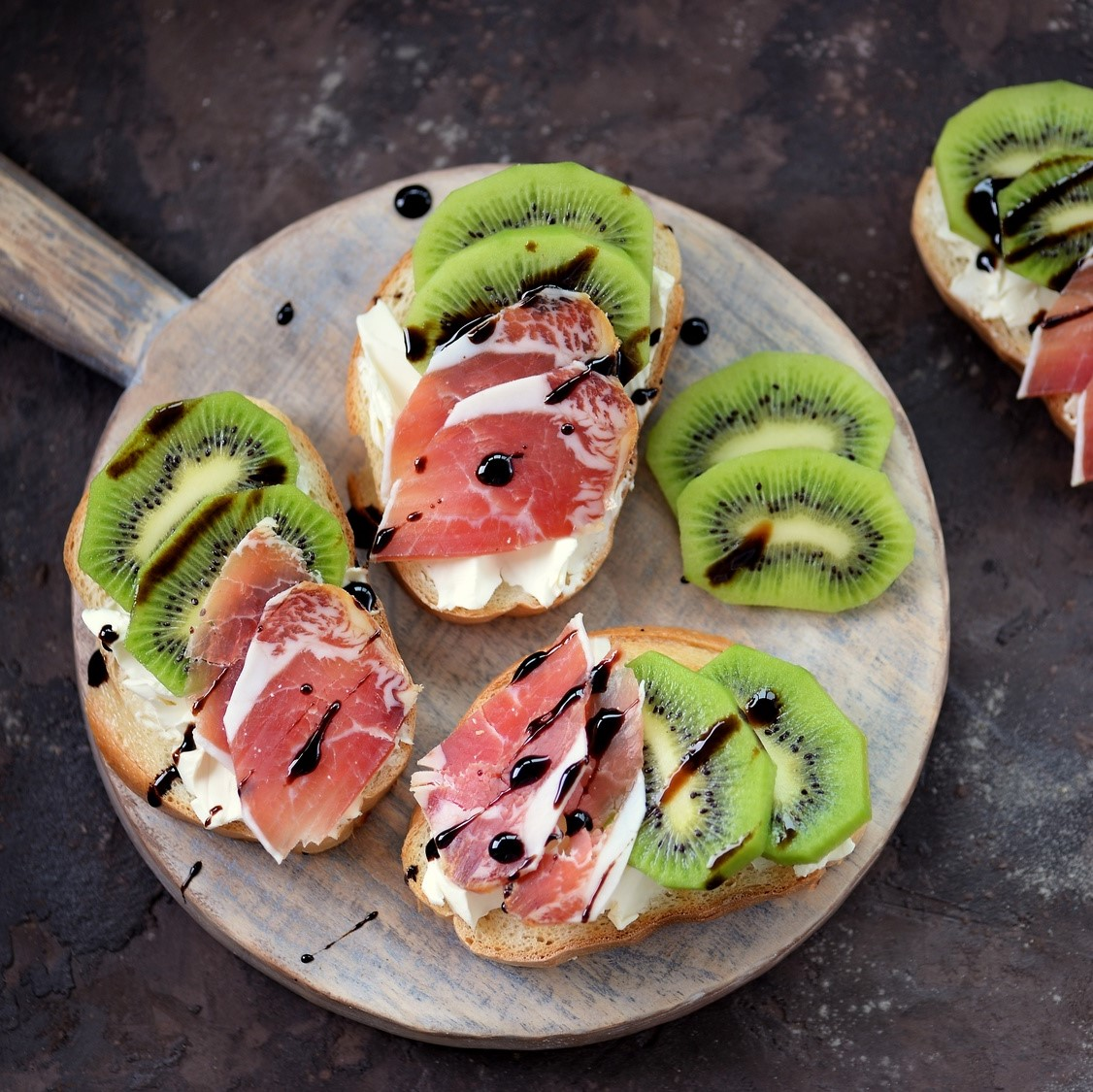 Oscar® kiwi fruits and raw ham toasts