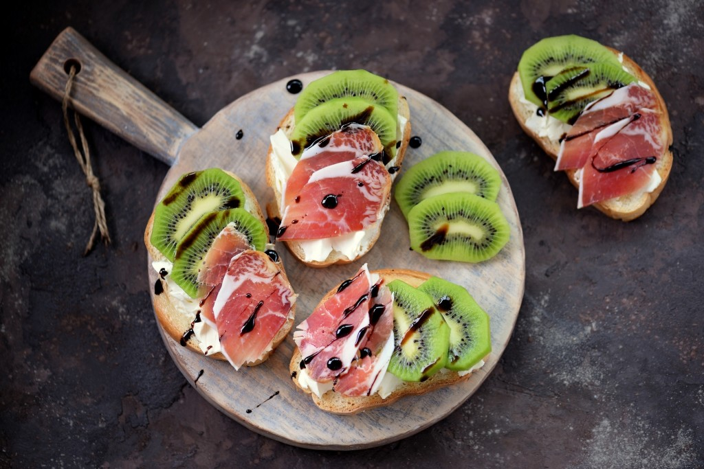 Kiwis and Raw Ham Toasts