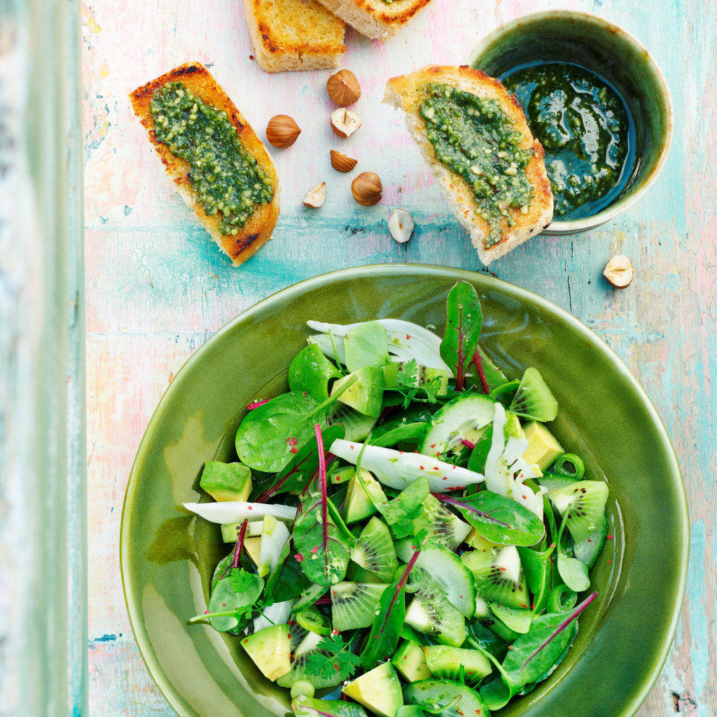 Spinach and Oscar® kiwi salad with pesto toasts