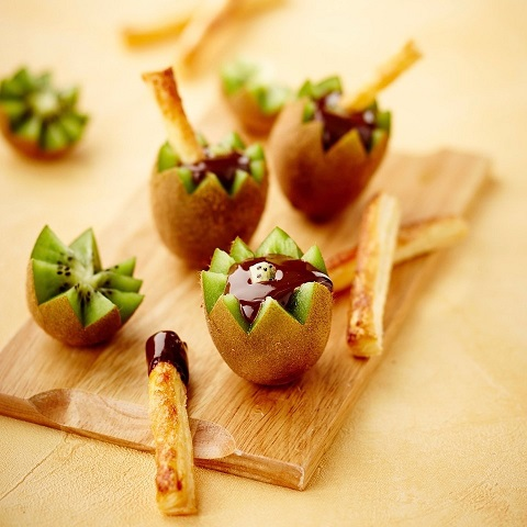 Oscar® Kiwis with melted chocolate and puff pastry fingers