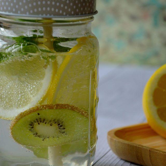 Oscar® kiwi fruits, lemon and mint detox water